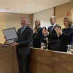 Juan Carlos Estévez recoge de manos del Ministro de Justicia, Juan Carlos Campo, la Placa de Honor otorgada por el Colegio de  Registradores